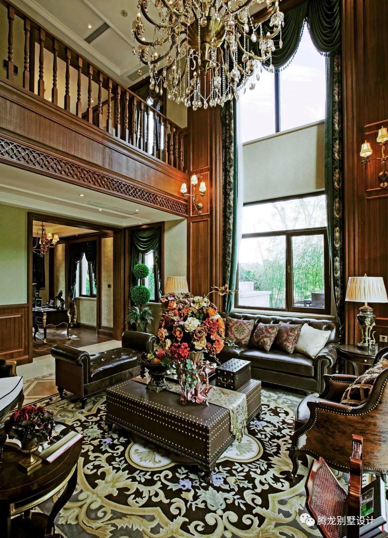 帷幔层叠,怀旧木饰面与复古软装搭配交汇相融,一派繁花似锦的厚重感安放与中空客厅中.触手可及的均是历史感十足的物件,在这之中不难发现业主对格调品质的喜爱与追求,更多关于客厅的装修效果图请点击:《欧式客厅装修效果图》