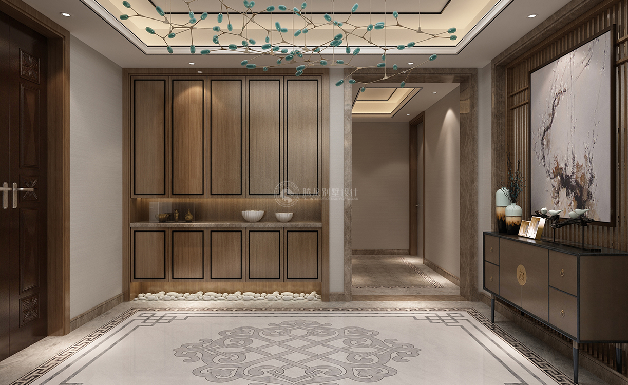 本案新中式风格逐渐成为一种引领潮流的设计思潮之一。以符合现代人的生活习惯的室内居住空间现实舒适的居住生活。本案中,入门处玄关用镂空花雕做装饰,突出了本案的设计理念,是菊花的元素提取,客厅和餐厅的珠帘也是一种瀑布的元素提取,地板是水墨色大理石。客厅和餐厅则大量使用木材家具,以明清的特点最为特出,空间色彩以淡淡的琉璃黄为主。